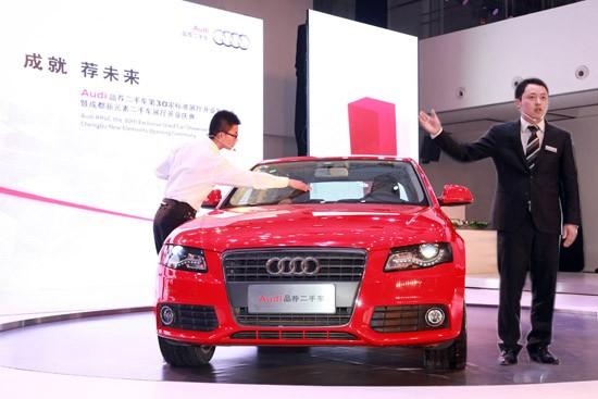 """得益于最早拓展二手车业务和最完善的服务体系,一汽-大众奥迪在中国高档车市场中拥有最大的用户保有量。早在2004年,一汽-大众奥迪就已经开展品牌二手车业务,并于2007年在国内率先推出全方位的高档二手车服务。2009年11月,一汽-大众奥迪结合奥迪全球统一标准和中国用户需求,正式发布了以""""专业、诚信、便捷""""为三大核心理念的奥迪品荐二手车子品牌。 经过7年的持续投入和经验积累,一汽-大众奥迪已拥有159家二手车授权经销商和一批符合奥迪专业标准的业务人员,建立起了国内高档品牌中规模最大、"""