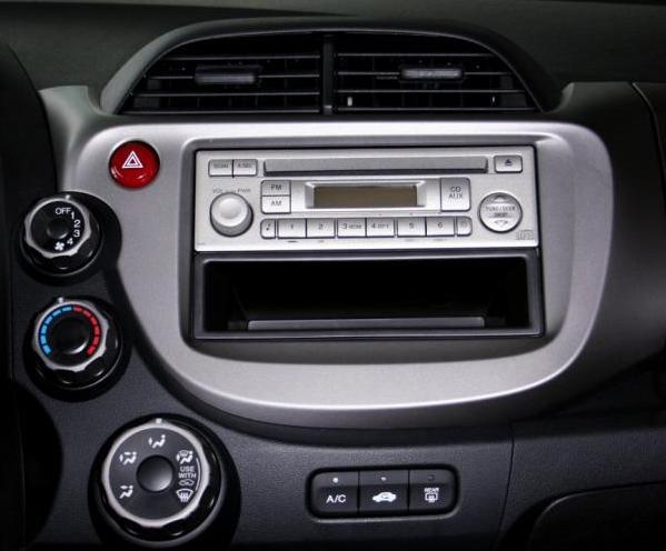时间:2012-03-14  导读:当您驾驶着心爱的越野车驰骋在自然美景中时,若有美妙的音乐相伴,可以增添无限乐趣,让驾驶成为一种享受。然而越野车原装的音响所体现出的效果远远不能满足这种需要,那么如何选装一套性价比高的音响系统就要有以下考虑。   对于一个从没有接触或不十分了解越野车的爱好者来说,不妨先采取逐步升级的策略,这样做不仅让自己的第一次投资不会过大,同时也能慢慢地感受到声音表现的变化,更重要的是还能学到很多相关知识,并得到乐趣。在这个过程中你可以了解改装过程中的每一个环节,懂得了改装某项器材会使