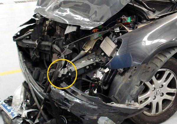 图为碰撞事故后的标致307车型,前保险杠加强横梁严重变形,并向内侧