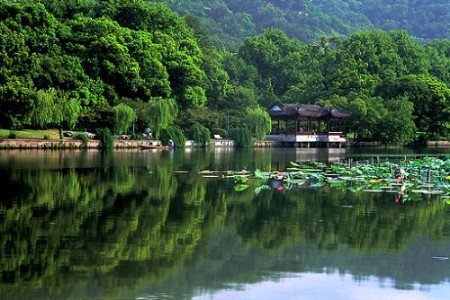 从沪杭高速经由杭千高速,途经富阳,桐庐,建德,一路都是风景名胜.