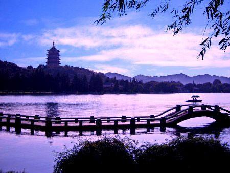西湖是一首诗,一幅自然的美丽图画. 去杭州玩,西湖是必然的行程.