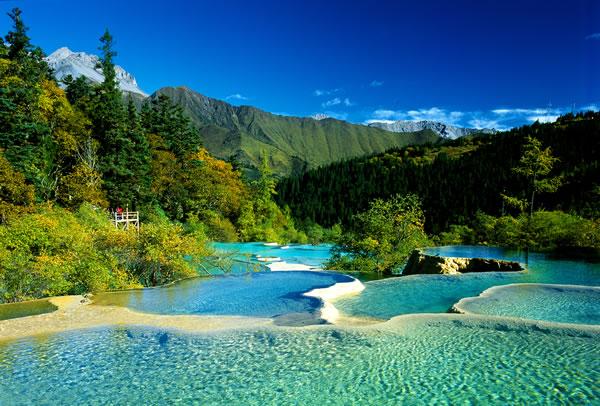 黄龙风景区于一九八二年经国务院批准为国家级重点风景名胜区;一九九
