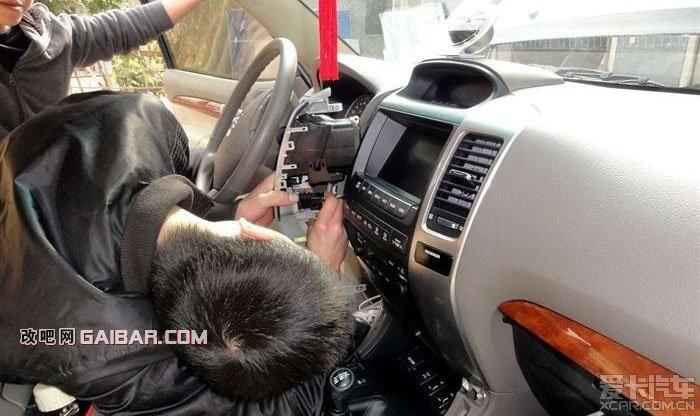 【霸道改装】安全实用 绝对经典 为车友们提供新方向!!!   第(2)篇贴主要是完善内部监控功能:   1.前、后辅助可视影像、倒车轨迹、增加后部底盘照明。   2.电池、胎压监控。   3.门迎宾饰条,各门制荡板、吸音板、低音炮。   由于原车中控台带有6吋多功能控制显示器,在不破坏原方向盘的控制键、和原各种 CD、DVD、GPS 、空调、蓝牙、音响、的功能的前提下,找遍了各专业厂家、4S店,希望能一体化的解决问题,向新款2010功能靠拢,开始都说行,但到最后还是不行。所以就采取了现在的分离式---